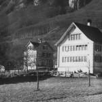 Rechts: Primarschulhaus, Links: Realschulgebäude mit Kanzlei im oberen Stock und und Wohnung zuoberst