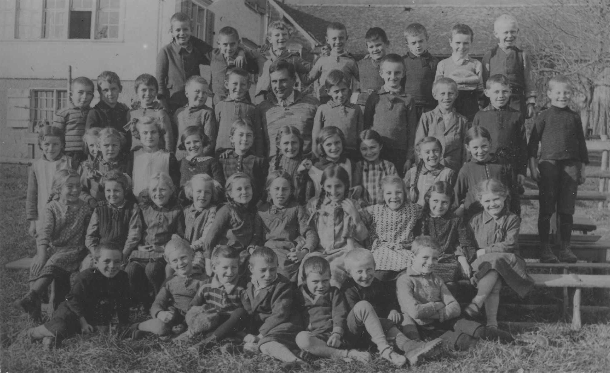 Klassenfoto mit Zöpfen