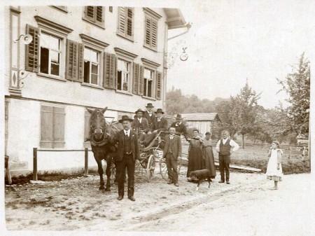 Gasthaus Rössli mit Urgrosseltern und Grossmutter als Serviertochter