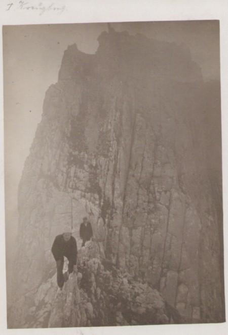 Auf dem ersten Kreuzberg im Jahr 1907. Unbekannter Fotograf. Poststempel vom 29. November 1907