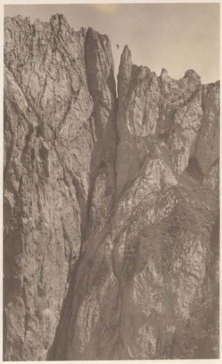 Das Überqueren der Scharte am ersten Kreuzberg auf dem Seil um das Jahr 1920. Fotograf: Jean Gaberell (1887-1949), Thalwil, Nr. 5155