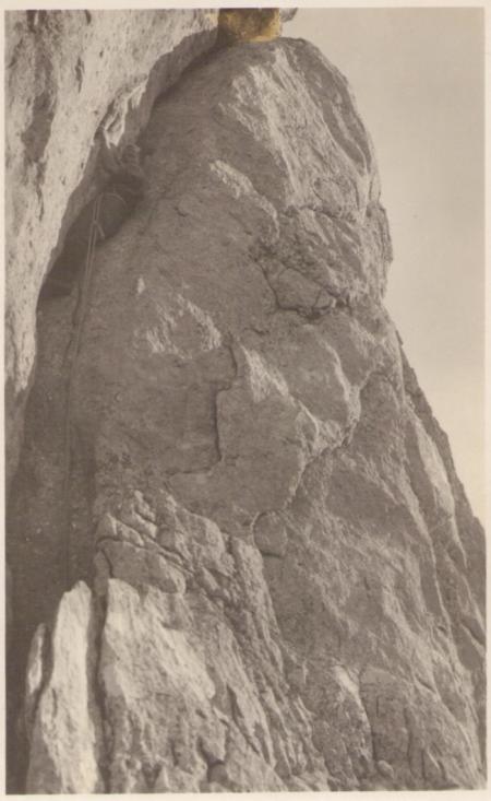 Im sogenannten Güttlerriss am sechsten Kreuzberg um das Jahr 1920, nach dem Bergsteiger und Erstbegeher Richard Güttler benannt. Zusammen mit Bernhard Schuh und Hans Blüthner bestieg er den sechsten Kreuzberg am 18. September 1904 von Nordosten über den Güttlerriss. Fotograf: Jean Gaberell (1887-1949), Nr. 5172