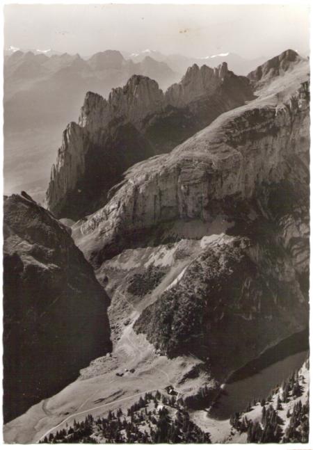 Flugaufnahme von Bollenwees und den Kreuzbergen um das Jahr 1960. Fotograf: Otto Furter (1905-1998), Nr. 67-100