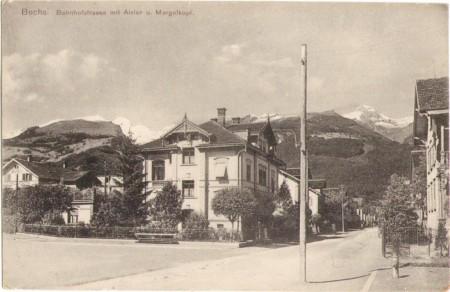 Die Bahnhofstrasse in Buchs um 1910, mit dem Alvier und dem Margelkopf im Hintergrund, ganz links das Gasthaus und die Pension Grüneck. Aufnahme und Verlag von Christian Tischhauser, Buchs, Nr. 1012