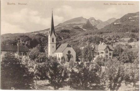 Die Katholische Kirche in Buchs um 1910, mit dem Alvier im Hintergrund. Aufnahme und Verlag von Christian Tischhauser, Buchs, Nr. 930