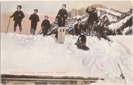 Auf dem Dach der Reslenalp um das Jahr 1910, mit Alpsigel im Hintergrund. Aufnahme und Verlag der Gebrüder Metz, Basel, Nr. 28210
